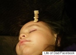 Ces papas essaient d'empiler le plus de Cheerios sur leur bébé (PHOTOS)