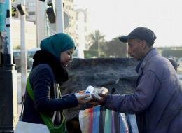 شبابٌ تونسيون يترصّدون الصائمين في المحطات والشوارع.. تعرّف على الأسباب