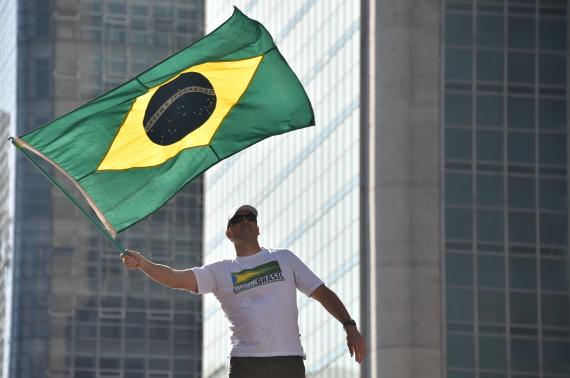 هل تعلم ما تعنيه الرموز والألوان الموجودة بأعلام بعض الدول O-BRAZIL-FLAG-570