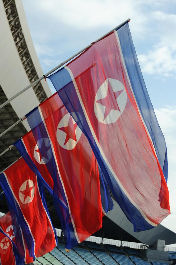 هل تعلم ما تعنيه الرموز والألوان الموجودة بأعلام بعض الدول O-NORTH-KOREA-FLAG-570