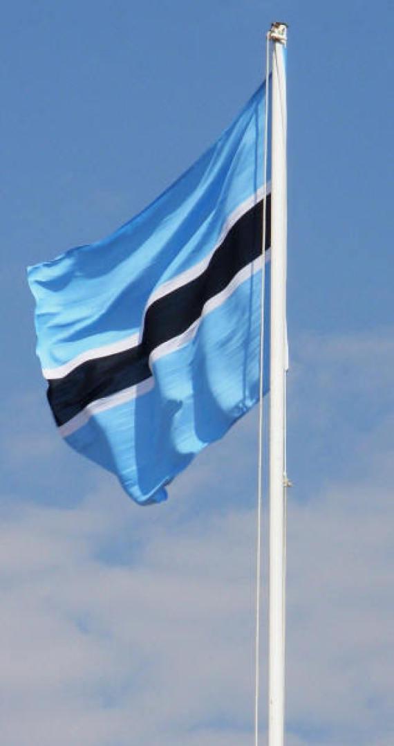 هل تعلم ما تعنيه الرموز والألوان الموجودة بأعلام بعض الدول O-BOTSWANA-FLAG-570