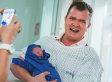 35 intensi scatti di papà che danno il benvenuto al mondo ai loro bambini appena nati