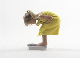Pourquoi les parents ne devraient jamais commenter le poids de leur fille