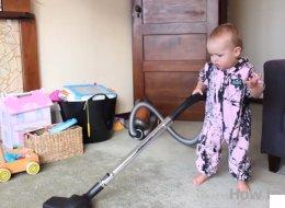Comment faire le ménage avec un enfant? En le laissant faire!