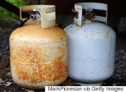 Estrie: l'explosion de la bonbonne d'un barbecue met le feu à une maison