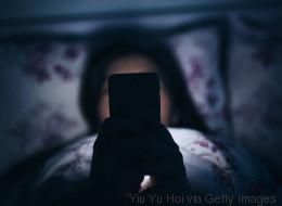 Frauen nutzen Handy im Bett – und sind minutenlang blind