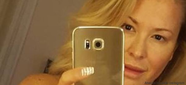 Anastacia nuda allo specchio dopo il tumore è un inno alla bellezza della vita