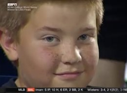 Un gamin se retrouve sur l'écran géant d'un match et... lance une baston de regards