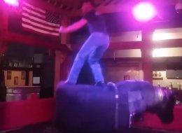 La forma más loca de montar en un toro mecánico