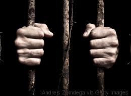 Il se fait passer pour un chanteur mort, direction la prison