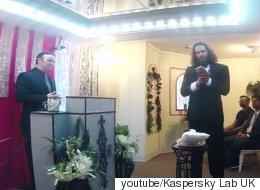 자신의 스마트폰과 결혼식을 올린 남자가 있다(동영상)