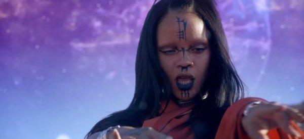 Sur la planète Rihanna, on se tatoue le visage et on porte un palmier