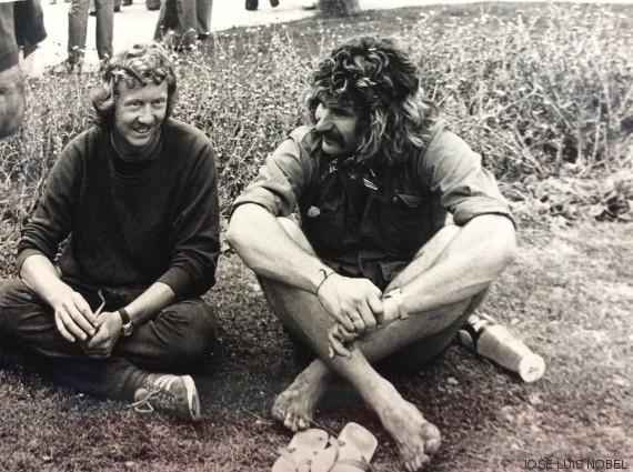 hippies sentados san fermin