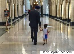 Une petite fille de 2 ans rencontre le ministre canadien de la Défense Harjit Sajjan