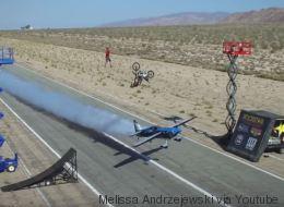 Un avion, un motard et un funambule ont réussi à faire une cascade d'anthologie