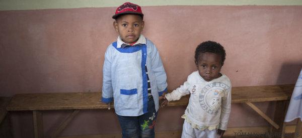 Estos dos niños nacieron el mismo día, pero su vida será diferente