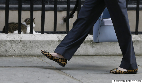 les chaussures de la nouvelle premi re ministre britannique theresa may intriguent les. Black Bedroom Furniture Sets. Home Design Ideas