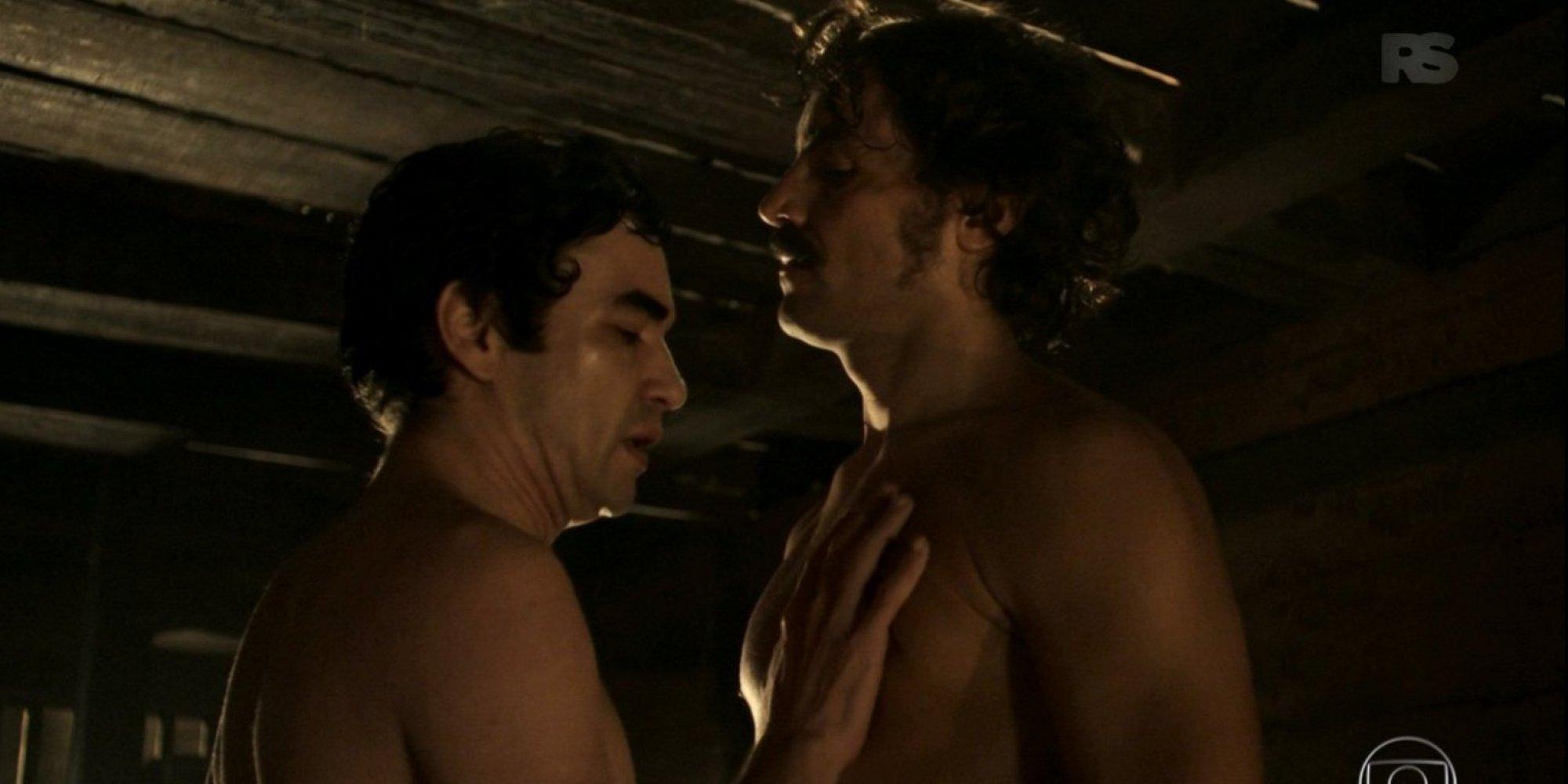 VÍDEOS PORNO GAY DE VESTUARIOS GRATIS - SEXO GAY