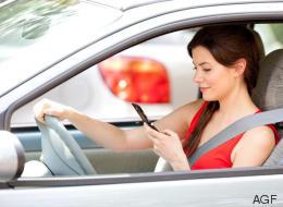 Telefonare guidando è pericoloso anche con vivavoce e auricolari