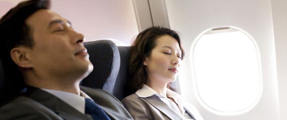 16 trucs pour dormir comme un b b dans l 39 avion dans le train ou dans le bus. Black Bedroom Furniture Sets. Home Design Ideas