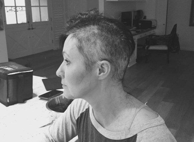 Atteinte d'un cancer, Shannen Doherty se rase la tête