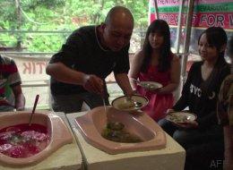 Ils mangent dans les toilettes pour promouvoir l'hygiène publique (VIDÉO)