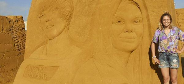 Louane remercie ceux qui ont fait un château de sable à son effigie