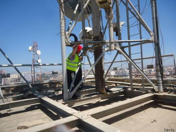 les ingénieurs de djezzy installent les antennes