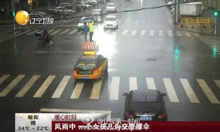 chinoise parapluie policier