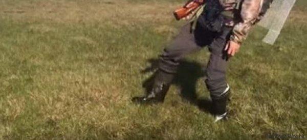 Was gleich passiert, wenn der Mann mit seinem Fuß den Boden berührt, ist überhaupt nicht gut