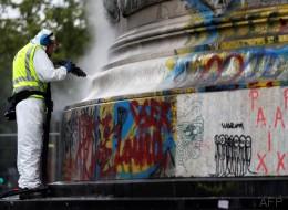 La statue de République commence à être nettoyée de ses hommages post-attentats