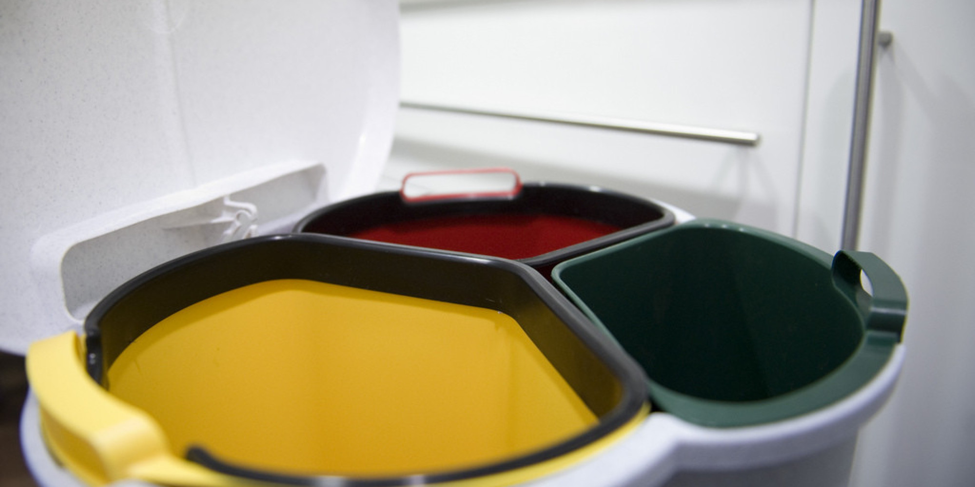 Reciclar sin errores 19 productos que nunca sabemos en for Cubos de reciclaje ikea