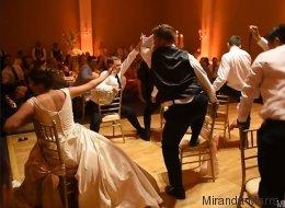 Il fait un numéro de danse digne de Beyoncé pour sa nouvelle épouse (VIDÉO)