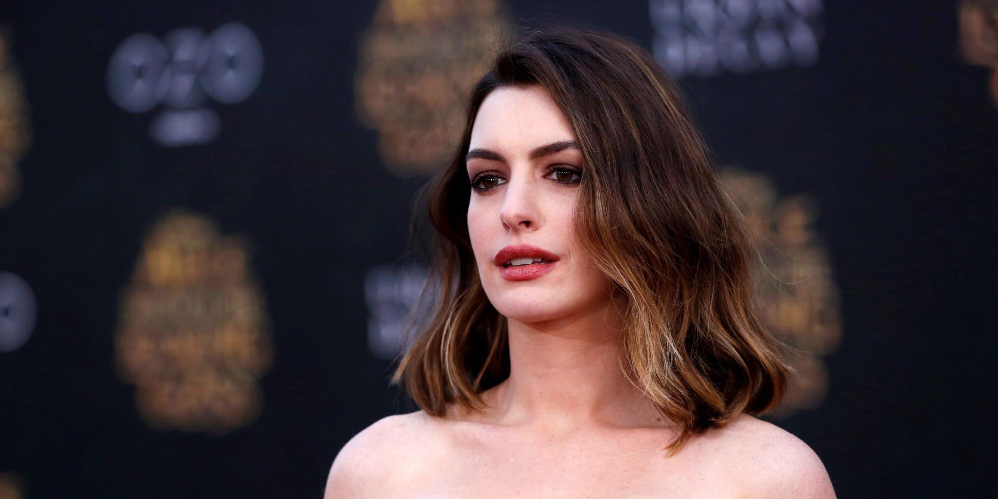Anne Hathaway reagiert pragmatisch auf ihre Babypfunde Anne Hathaway Facebook