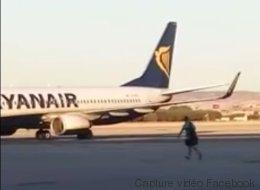 Un passager en retard saute de la passerelle pour attraper son avion (VIDÉO)