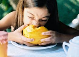 تناول المانغو دون أن تخسر وقارك.. طريقة مبتكرة لتقديمها