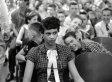 La storia della foto della prima ragazza afroamericana ammessa in una scuola per soli 'bianchi'