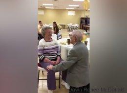 Il réussit encore à surprendre sa femme après 50 ans de mariage (VIDÉO)