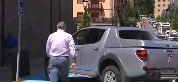 Bárcenas aparca en una plaza de discapacitados para firmar en un juzgado de Lleida
