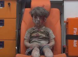 طفل حلبي يخطف انتباه العالم بعد خروجه من تحت الأنقاض