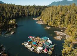 Depuis 24 ans, ce couple vit sur une île canadienne construite de A à Z
