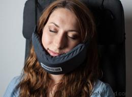 Ce hamac pour tête pourrait révolutionner vos siestes dans l'avion