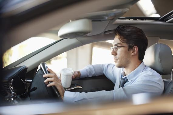 الخطيئة في محطة البنزين.. ماذا تفعل إذا وضعت الوقود الخطأ في سيارتك؟ O-DRIVING-A-CAR-570