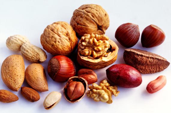 لن تصدق ما تفعله بك.. 7 أطعمة صحية تصبح ضارة إذا تناولتها بكثرة O-BRAZIL-NUTS-570