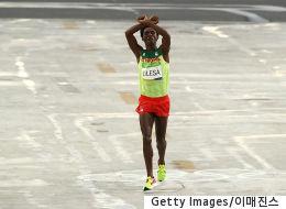 이 세레머니로 인해 목숨 잃을 위기에 처한 에티오피아 선수를 위해 전 세계가 나섰다