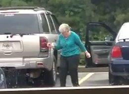 Cette mamie qui danse joyeusement sur un parking donne envie de se remuer le popotin