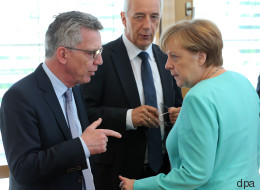 Ablenken und Vertuschen: Warum Merkel und de Maizière Experten für Katastrophenfälle sind