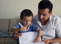 من جراح قلب إلى عامل حياكة.. قصة لاجئ سوري يعمل بأجر زهيد لضمان حياة جيدة لطفله المريض