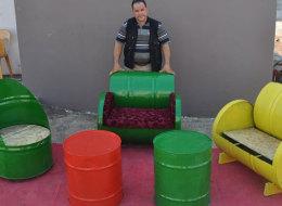 صور.. حداد سوري يُحول براميل فارغة إلى أرائك وطاولات جميلة لبيعها في تركيا