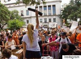 Manifestation avec des godemichés au Texas pour bannir les fusils d'une université (PHOTOS)